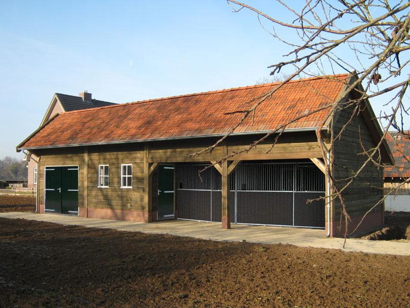 Garage Met Overkapping : Landelijke paardenstal met zolder u2022 houten paardenstal met overkapping